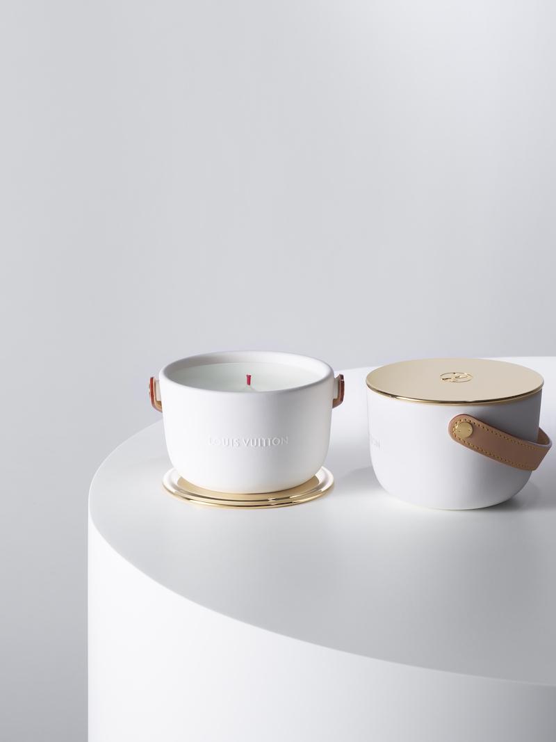 マーク・ニューソンがデザインしたハンドメイドセラミックのユニークな形状の器には、メタルリベットで手縫いのヌメ革ハンドルが。金属製の上蓋のゴールドとの対比も美しい。