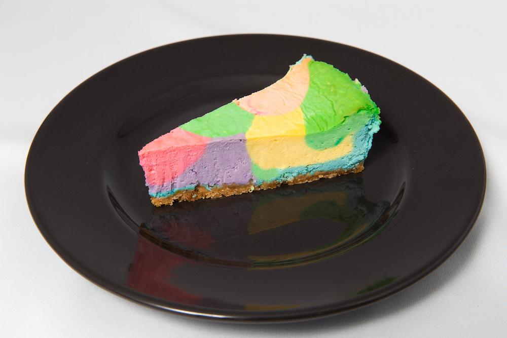 スモーブローレストラン「LAGOM」に登場する期間限定の自家製オリジナルスイーツ「虹のチーズケーキ」¥500