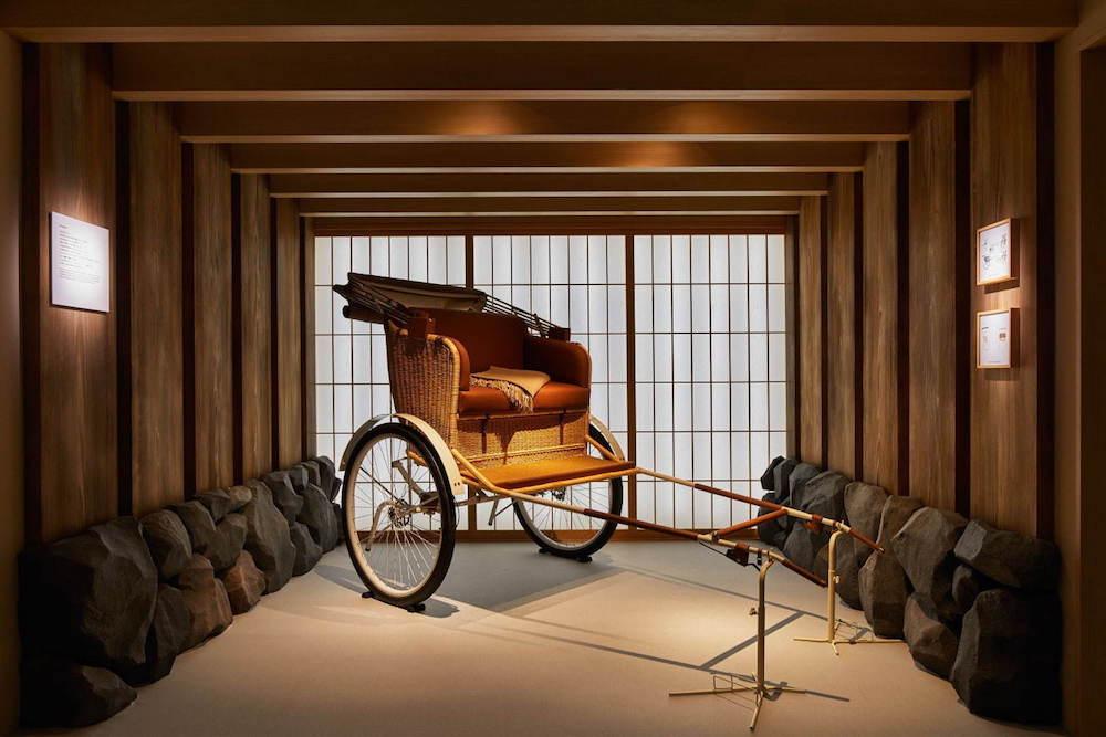 エルメスの選び抜かれた革をシートに張り込んだ人力車が和の空間に出現。©Nacása & Partners Inc.