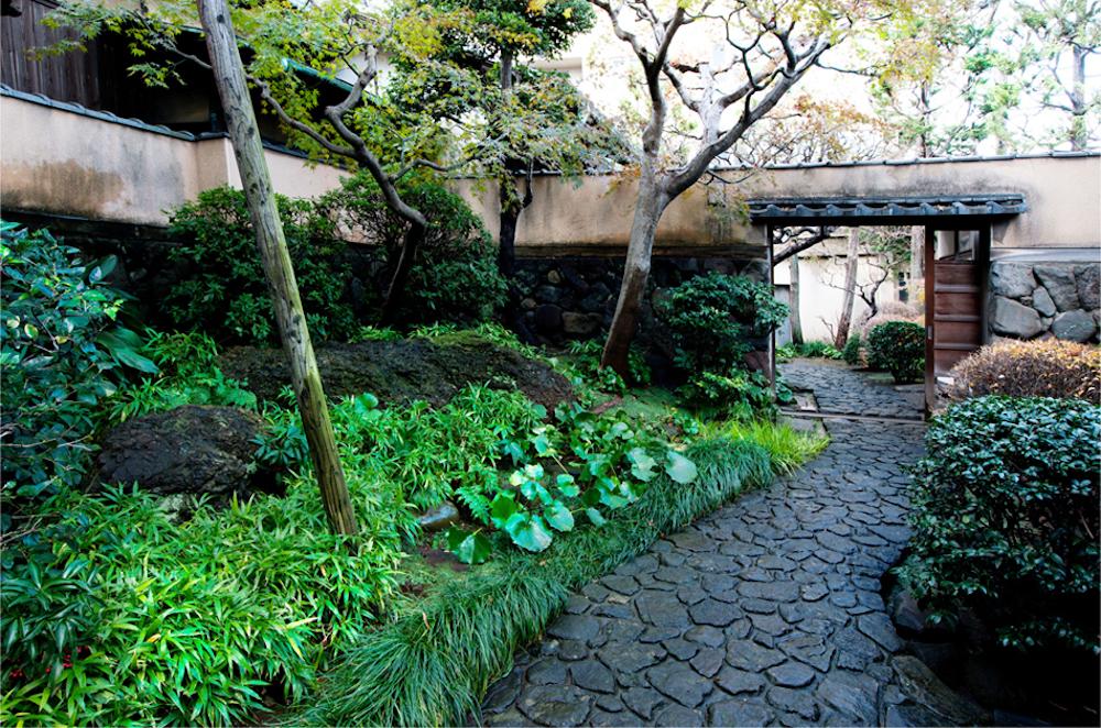 横山大観自ら細部まで設計した自邸と庭園を残した「横山大観記念館」の前庭。建物の2階からは不忍池が見える。
