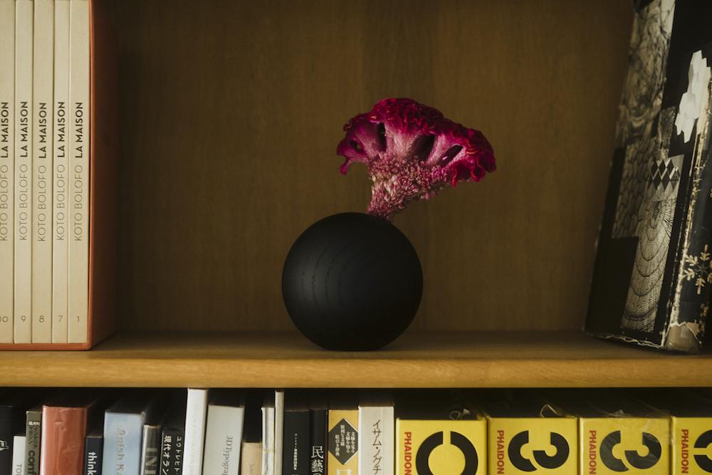 個性的な植物が美しく映える、プレーンなデザイン。「イワタ木工 ブラック M」(約Φ100mm)¥9,800