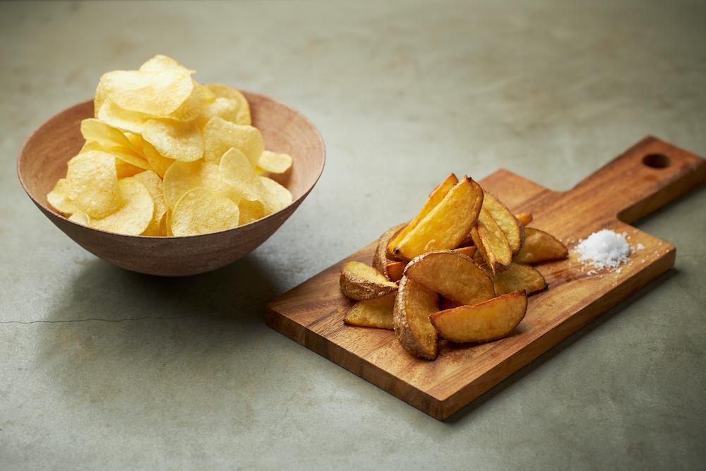 「サッシー」のポテトチップスと「チェルシー」のフライドポテト。品種による味の違いが楽しめる。