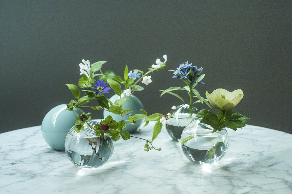 ガラスや磁器のものを選べば、空間が涼やかな印象に。ガラスは菅原工芸硝子、磁器は鍋島虎仙窯が製造。