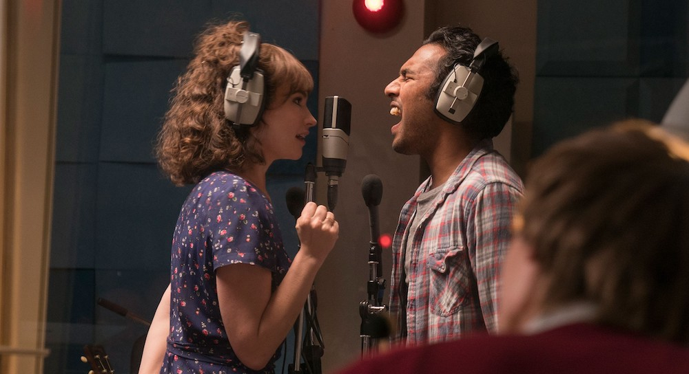 ザ・ビートルズの名曲が満載の『イエスタデイ』。彼らの曲を自分の作品としてレコーディングするジャック(ヒメーシュ・パテル)と、彼を献身的に支えるエリー(リリー・ジェームズ)。© 2019 Universal Studios. All Rights Reserved.