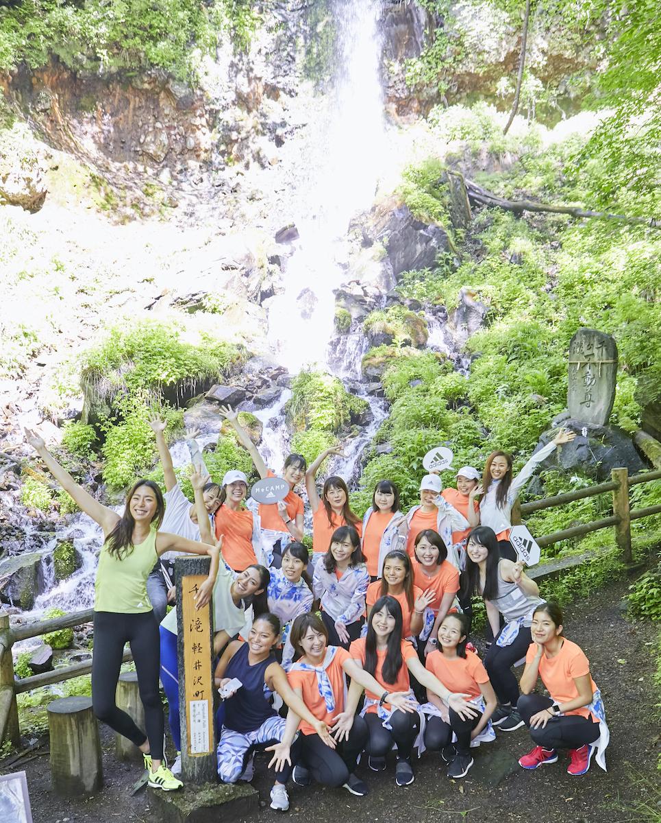 千ヶ滝の滝壺で記念撮影。笑顔がキラキラ