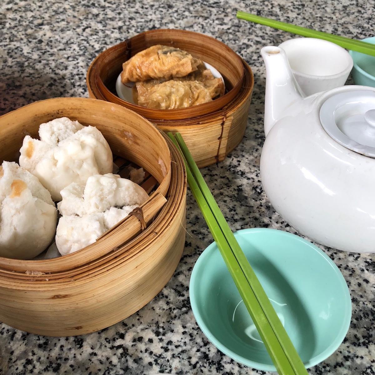 現地に着いたら、まず旅行中の夕食のレストランをすべて決めて予約。写真は香港郊外の飲茶楼。