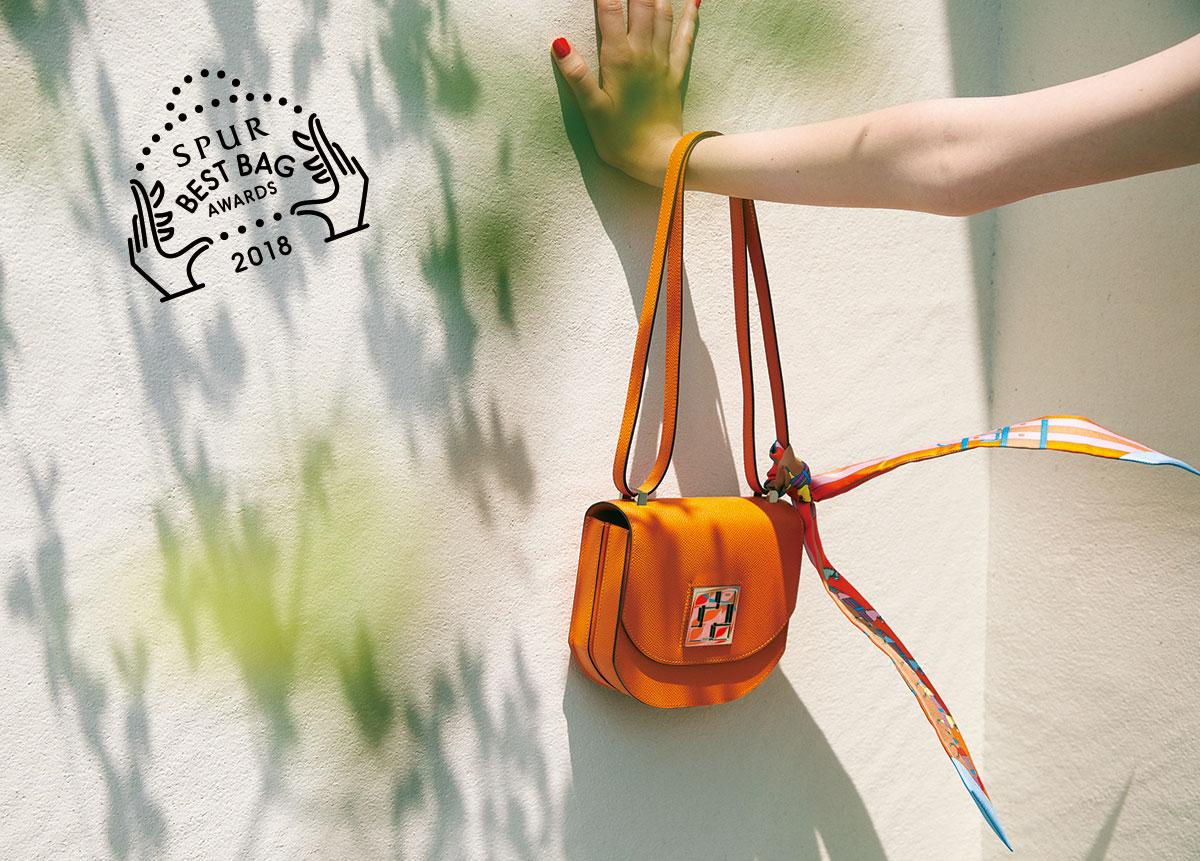 バッグ〈H17×W16×D6〉¥916,000・スカーフ「ロカバール」¥21,000/エルメスジャポン(エルメス)