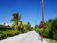 """自転車で島めぐり。のんびり&素朴な""""マルルーライフ""""が待ってます(ランギロア島)"""