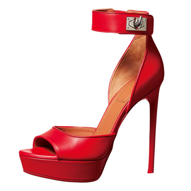 1 ウェアも赤一色で揃えられた今季。細ヒールがセンシュアルな存在感を放つ。「シャーク サンダル」〈ヒール12.5㎝〉¥120,000/ジバンシィ表参道店(ジバンシィ) 03-3404-0360