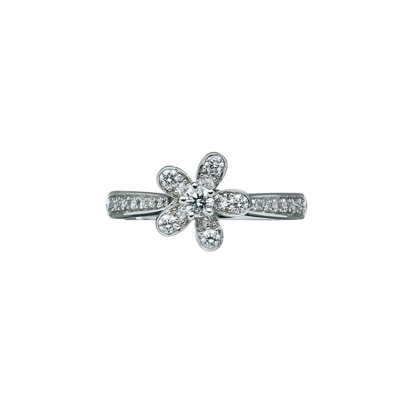 """""""ソクラテス""""リング〈WG、ダイヤモンド〉¥625,000/ヴァン クリーフ&アーペル"""