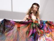 近未来のムードを盛り上げるシャネルのドレスとサングラス