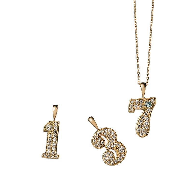 チャーム(右)〈YG、ダイヤモンド、ブルーダイヤモンド〉¥212,000・(中)¥205,000・(左)¥183,000〈中、左ともYG、ダイヤモンド〉・チェーン〈40㎝/YG〉¥34,889/DANJO jewelry