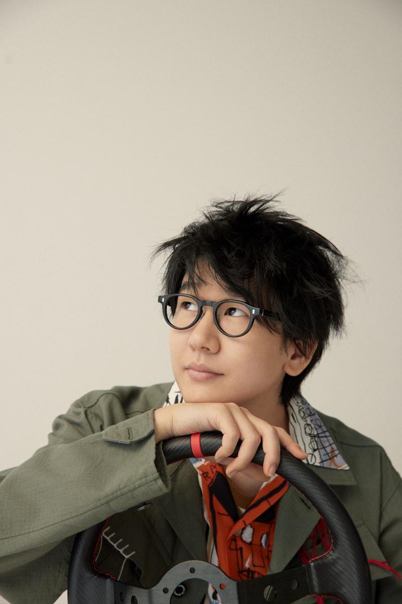 カーキのジャケットを羽織ったこのルック。「You talkin' to me?」であまりにも有名な映画作品をこっそりオマージュしました。photography: Saki Omi〈io〉