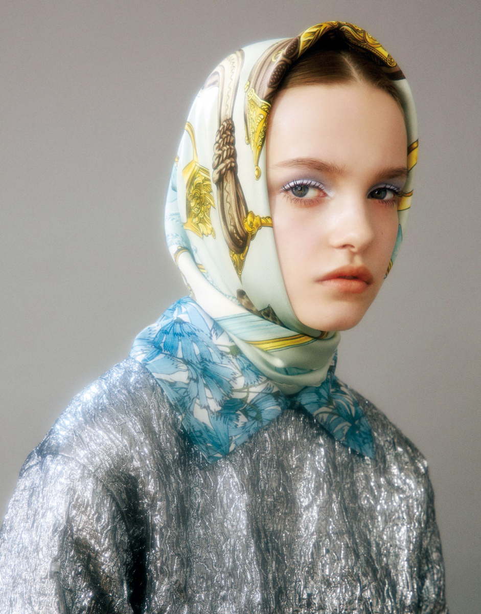 メタリックトップス¥195,000/オンワードグローバルファッション(ロシャス) ブラウス¥71,400/メゾン・ディセット(クラウディアリー) ヴィンテージのスカーフ¥28,000/EVA