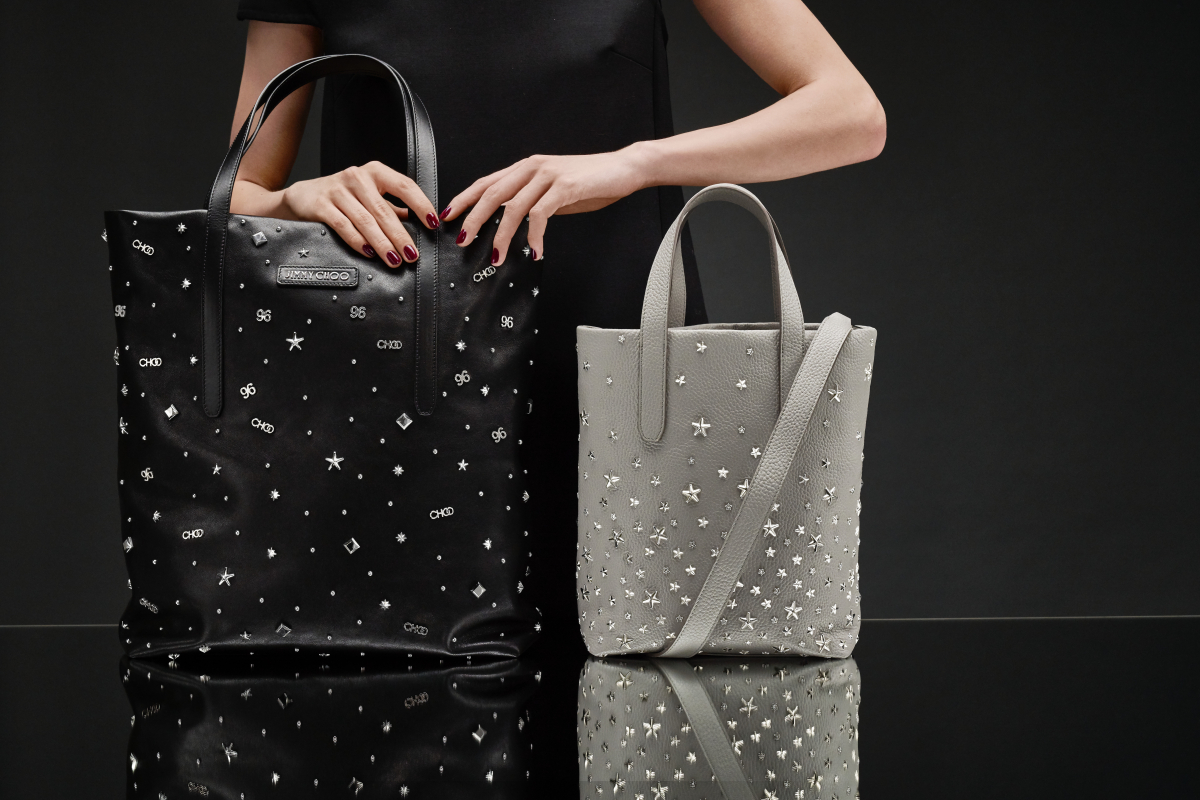 (右)ウィメンズ トートバッグ「SOFIA N/S」¥236,000・(左)メンズ トートバッグ「PIMLICO N/S」¥249,000/ジミー チュウ