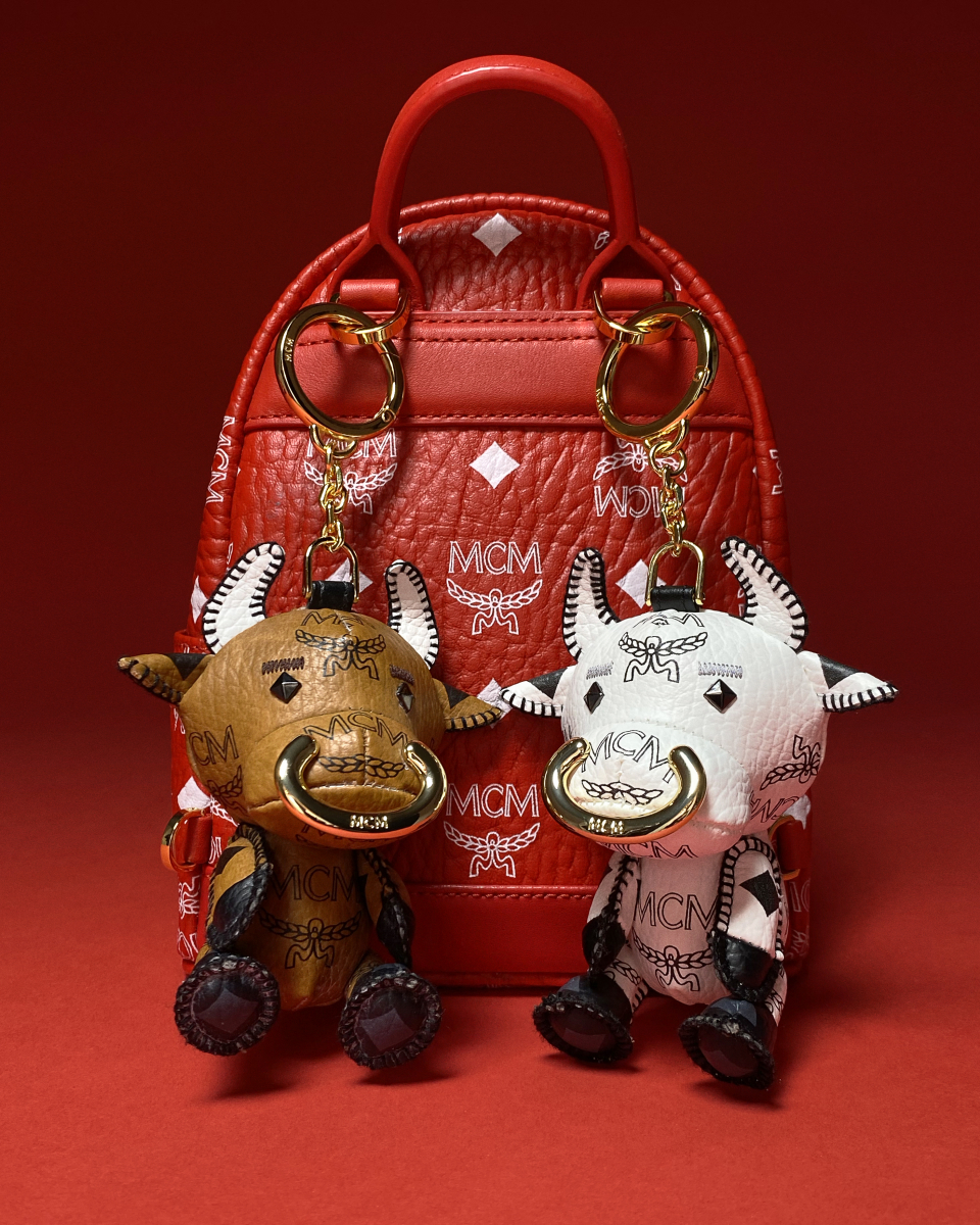 STARK OX NEW YEAR SERIES バックパック(H21×W17.5×D10cm)¥87,000、STARK OX NEW YEAR SERIES チャーム ¥27,000/MCM 銀座 HAUS 1