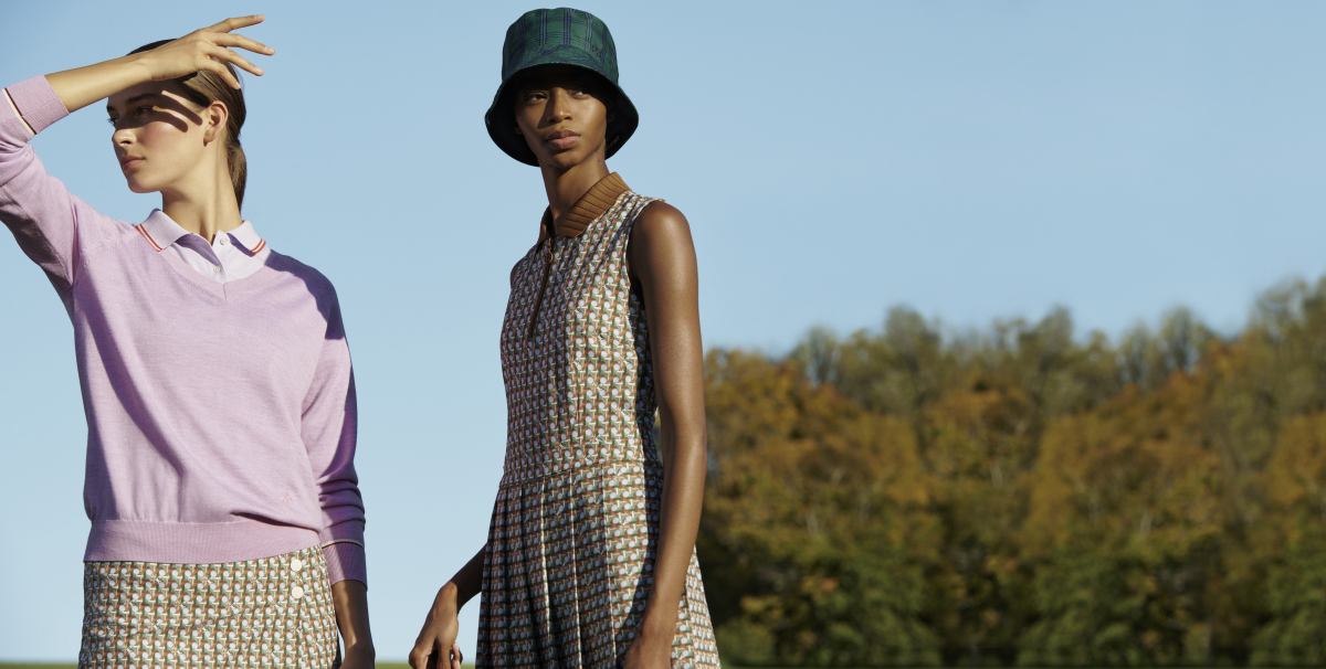 (左)クラシック テックポロ ¥22,000、プリント パフォーマンス ゴルフスコート ¥29,700・(右)プリント パフォーマンス プリーツゴルフドレス ¥38,500/トリー バーチ ジャパン