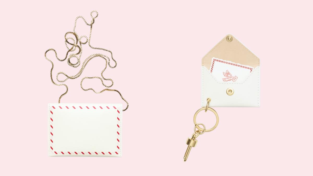 (左より)Message Card Holder Sweet Nothings(10.5 / 0.5 / 7.5 cm)¥ 52,800、Message XS Sweet Nothings Key Ring(7.5 / 0.5 / 5 cm)¥ 38,500/デルヴォー・ジャパン
