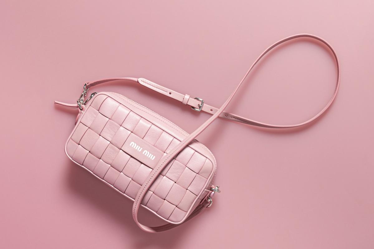 ミニポシェットバッグ〈H12×W22×D6cm〉¥177,000  ※世界先行発売、予定価格/ミュウミュウ クライアントサービス