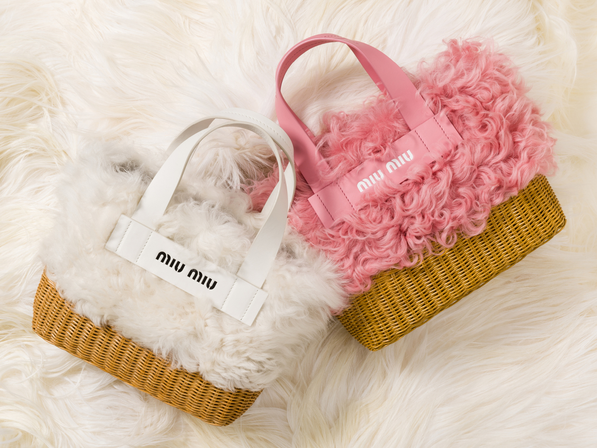 ファーバスケットバッグ価格: ¥190,000サイズ: H23×W25×D11 cm 素材: シープファー、籐 カラー: ホワイト(左)、ピンク(右)