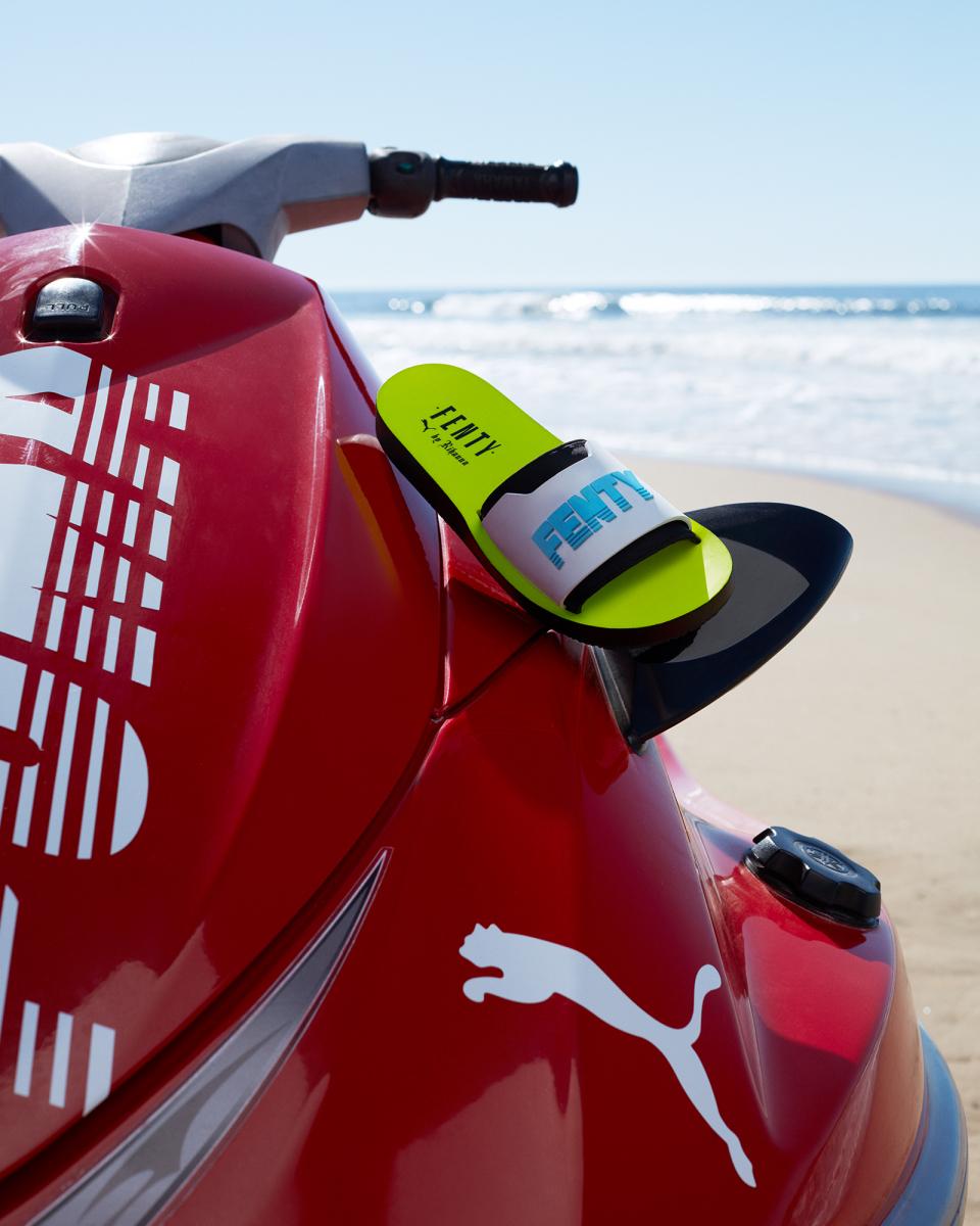 サンダル「FENTY Surf Slide」¥9,000/プーマ お客様サービス(フェンティ プーマ バイ リアーナ)