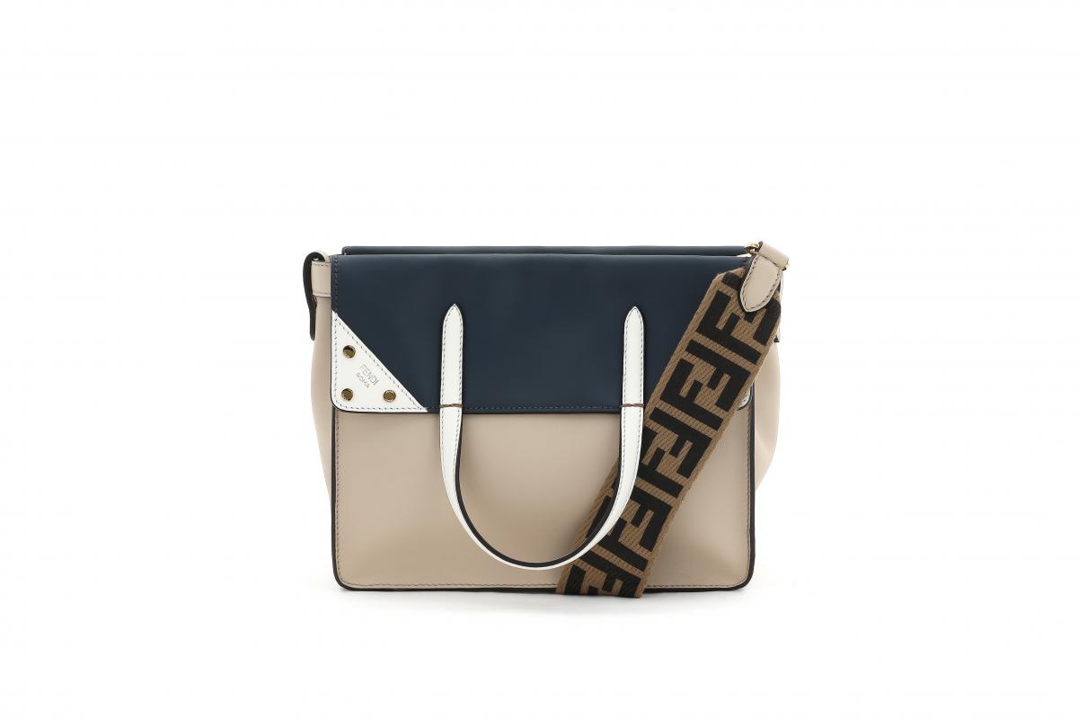 バッグ「フェンディ フリップ」レギュラー(H20.5×W25.5×D12.5cm)¥260,000/フェンディジャパン