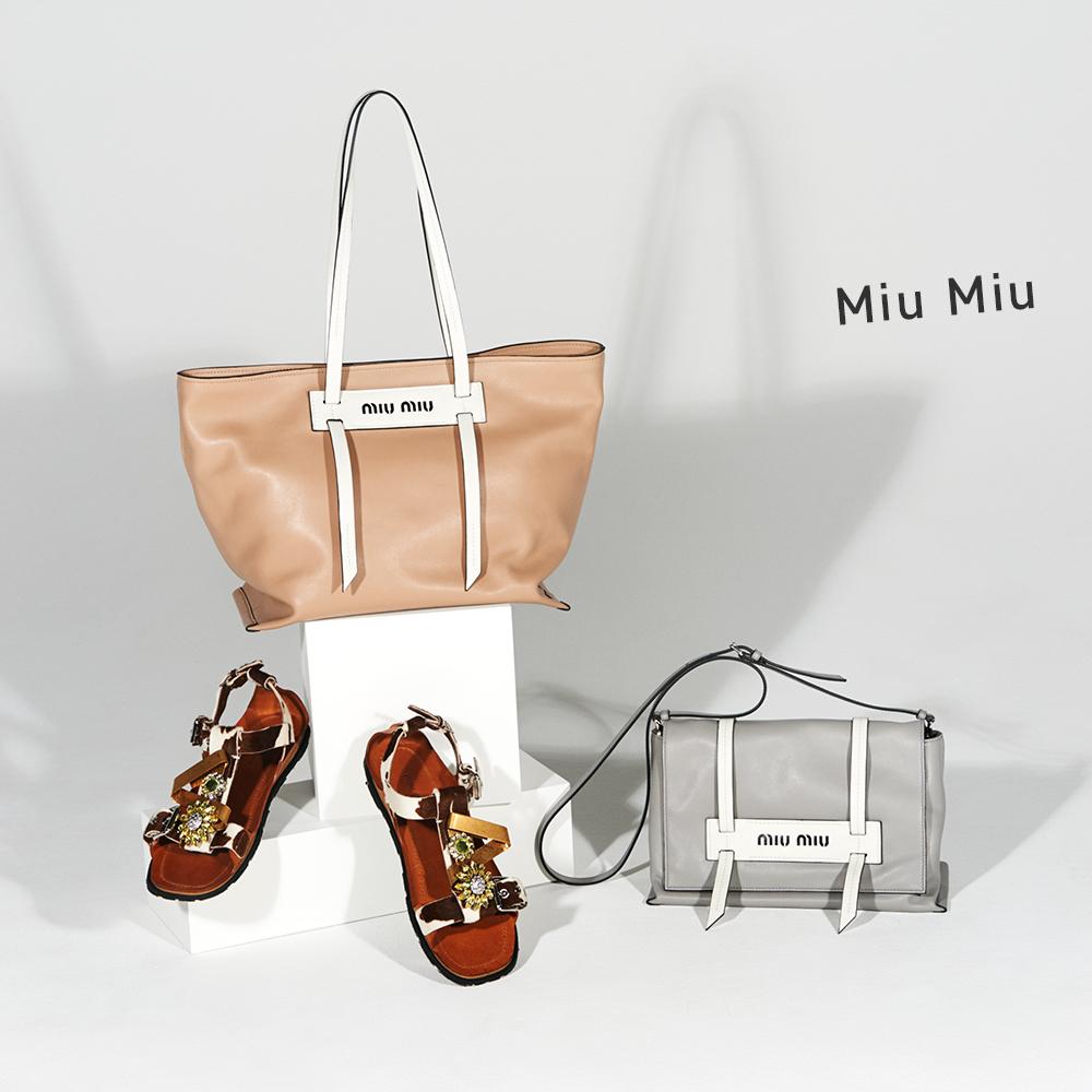 (右)バッグ(H17.5×W27×13cm)¥161,000、(左上)バッグ(H28×W30×D15cm)¥139,000(左下)サンダル(ヒール1cm)¥175,000(すべて予定価格)
