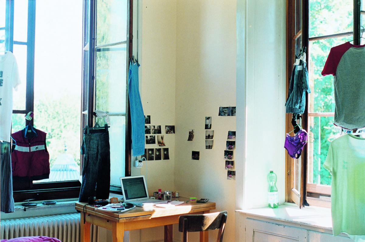 《わたしたちの部屋(朝)》〈SWISS〉より 2007年 発色現像方式印画 東京都写真美術館蔵