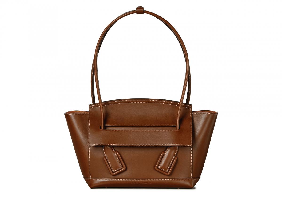 バッグ「ザ・アルコ」〈H38×W33×D7cm〉¥290,000/ボッテガ・ヴェネタ ジャパン