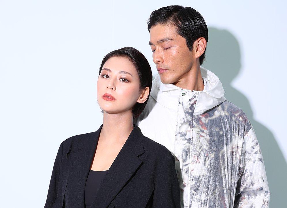 レーザーカットロングジャケット ¥125,000、レーザーカットクロップドパンツ ¥63,000・ダイニーマロングコート ¥150,000 /グローブライド(ディーベック)