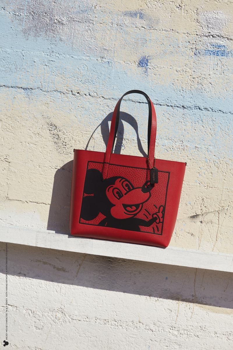 ディズニー ミッキー マウス × キース・ヘリング ハイライン トート(H31×W47×D10.5cm)¥50,000/コーチ・カスタマーサービス・ジャパン IMAGE CREDIT: © 2020 Alessandro Simonetti/MICKEY MOUSE CHARACTER – TM & © Disney/KEITH HARING ARTWORK – © Keith Haring Foundation