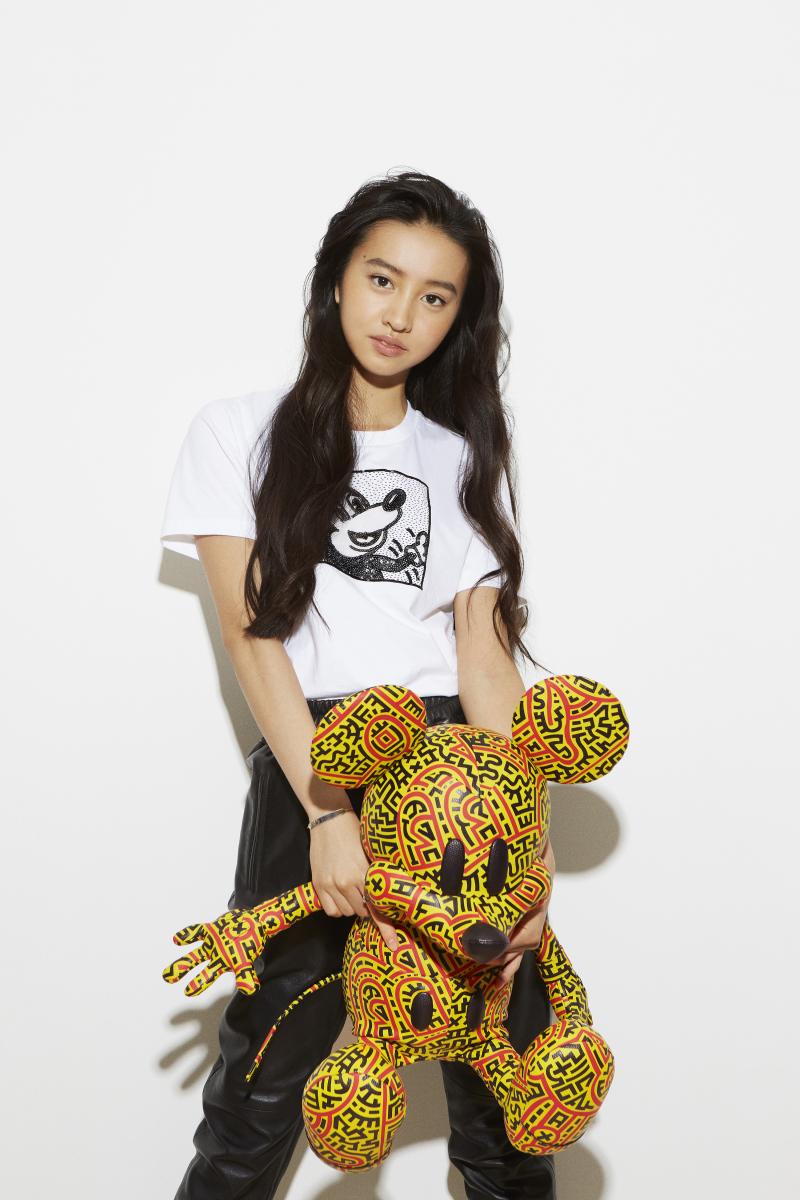 ディズニー ミッキー マウス × キース・ヘリング Tシャツ ¥22,000、ディズニー ミッキー マウス × キース・ヘリング ラージ コレクティブル 参考商品(日本展開はH約77 x W約61 x D約58cm ¥200,000)/コーチ・カスタマーサービス・ジャパン IMAGE CREDIT: © 2020 Alessandro Simonetti/MICKEY MOUSE CHARACTER – TM & © Disney/KEITH HARING ARTWORK – © Keith Haring Foundation