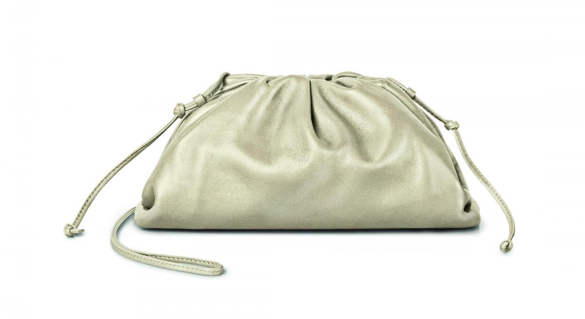 バッグ「ザ・ポーチ 20」〈H13×W22×D5cm〉 ¥137,000/ボッテガ・ヴェネタ ジャパン