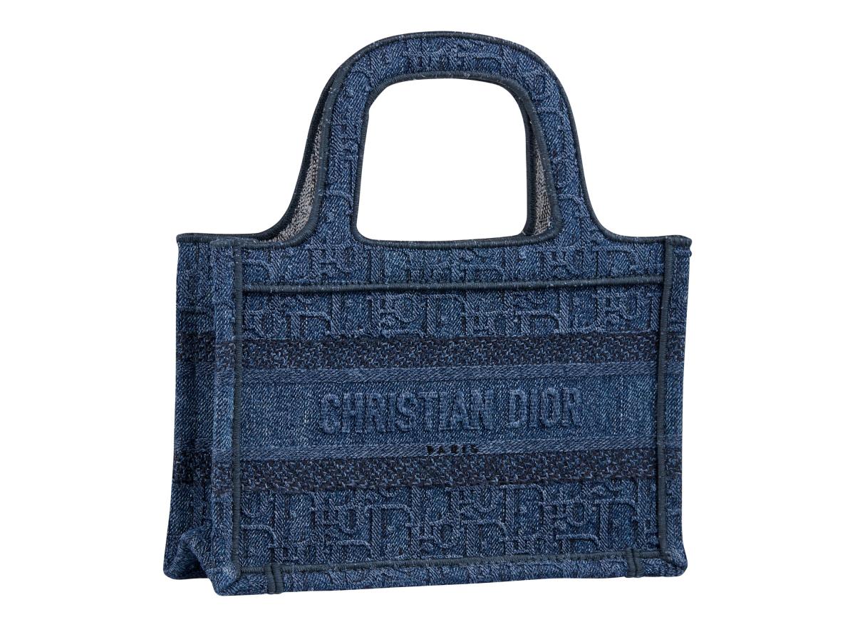 ミニ「ブック トート」(36.5×28×17.5cm)¥220,000/クリスチャン ディオール