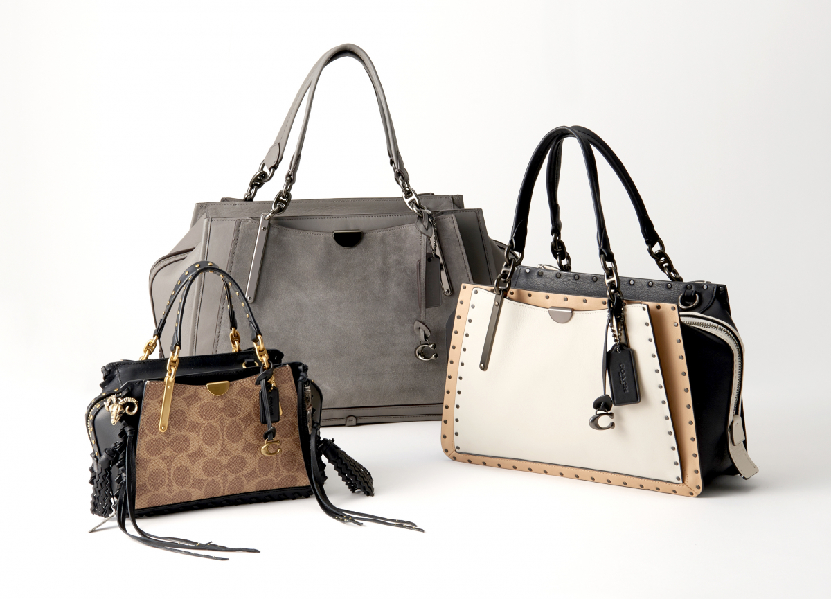 bf278330c7c1 左より)バッグ「シグネチャー Dreamer 21」〈H14×W21×D10cm〉¥64,000(8月17日発売)、バッグ「ミックス レザー  Dreamer 36」〈H23×W36×D14㎝〉¥92,000、 ...