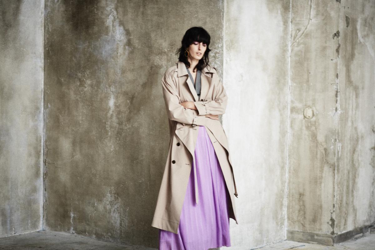 カシュクール風トレンチコート ¥36,000、ウールシルクウエストシェイプベスト ¥22,000、キュプラ楊柳ストライプスカート ¥25,000