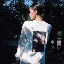 ジャーナルスタンダードと人気モデル・写真家のLUKAによるコラボレーションTシャツが登場
