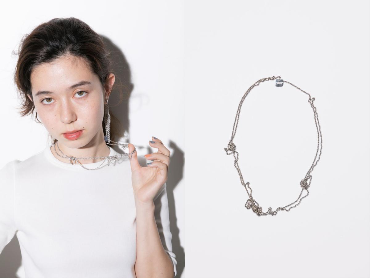 絡まりっぱなしネックレス ¥12,000、絡まりっぱなしピアス ¥8,500/ビューティフルピープルフィールズ