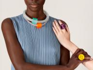 プリーツ プリーズ イッセイ ミヤケが、ガラスの鮮やかな色を表現したコレクション「グラス カラーズ」を展開中
