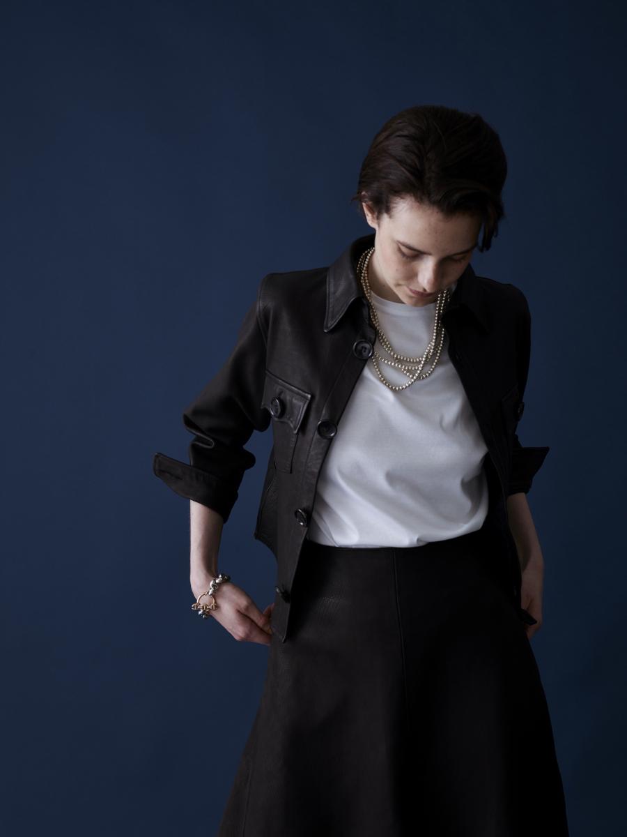 レザーフレアスカート ¥230,000、コンパクトレザーCPOシャツ ¥176,000、ノーカラーレザーショートジャケット ¥148,000、ソフィーレザータイトスカート ¥102,000/ロンハーマン(マディソンブルー)