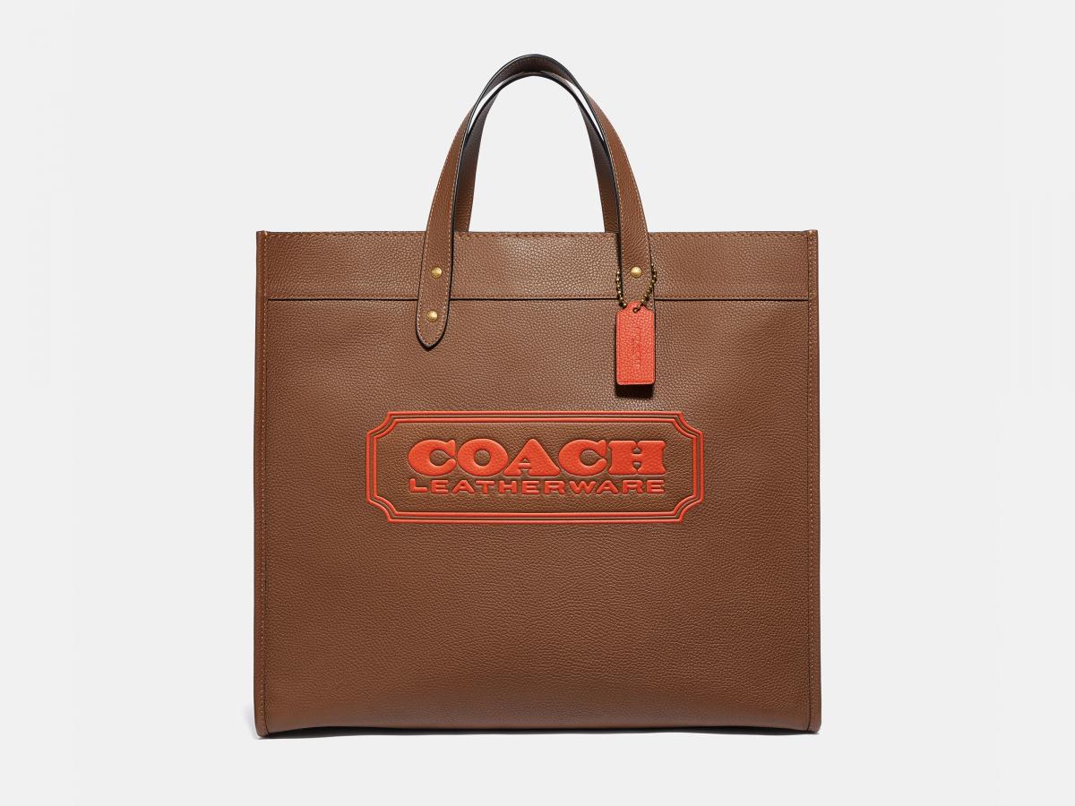 フィールド トート 40 ウィズ コーチ バッジ(H35.5×W40×D20.5cm)各¥92,000/コーチ・カスタマーサービス・ジャパン (c)Coach