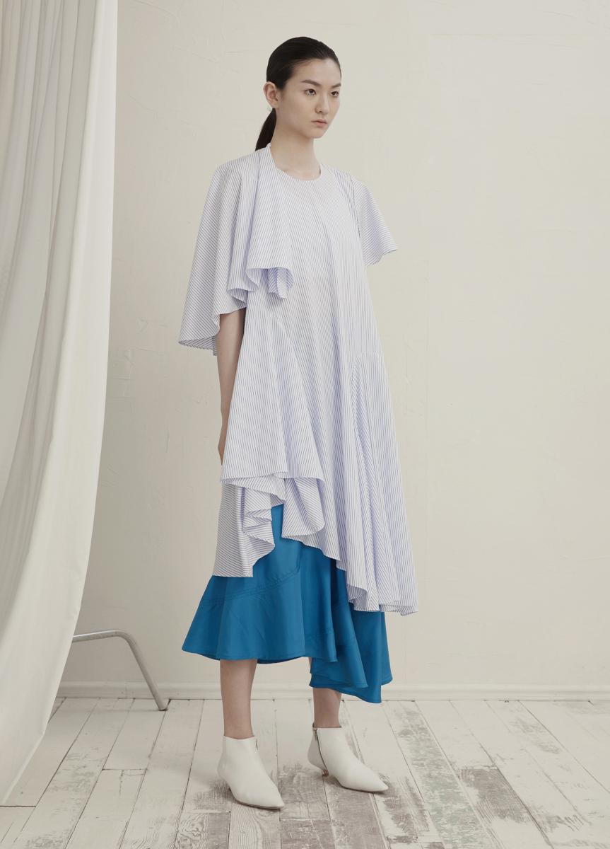 白ドレス ¥25,000、ブルースカート¥28,000/ジェイエヌビーワイ