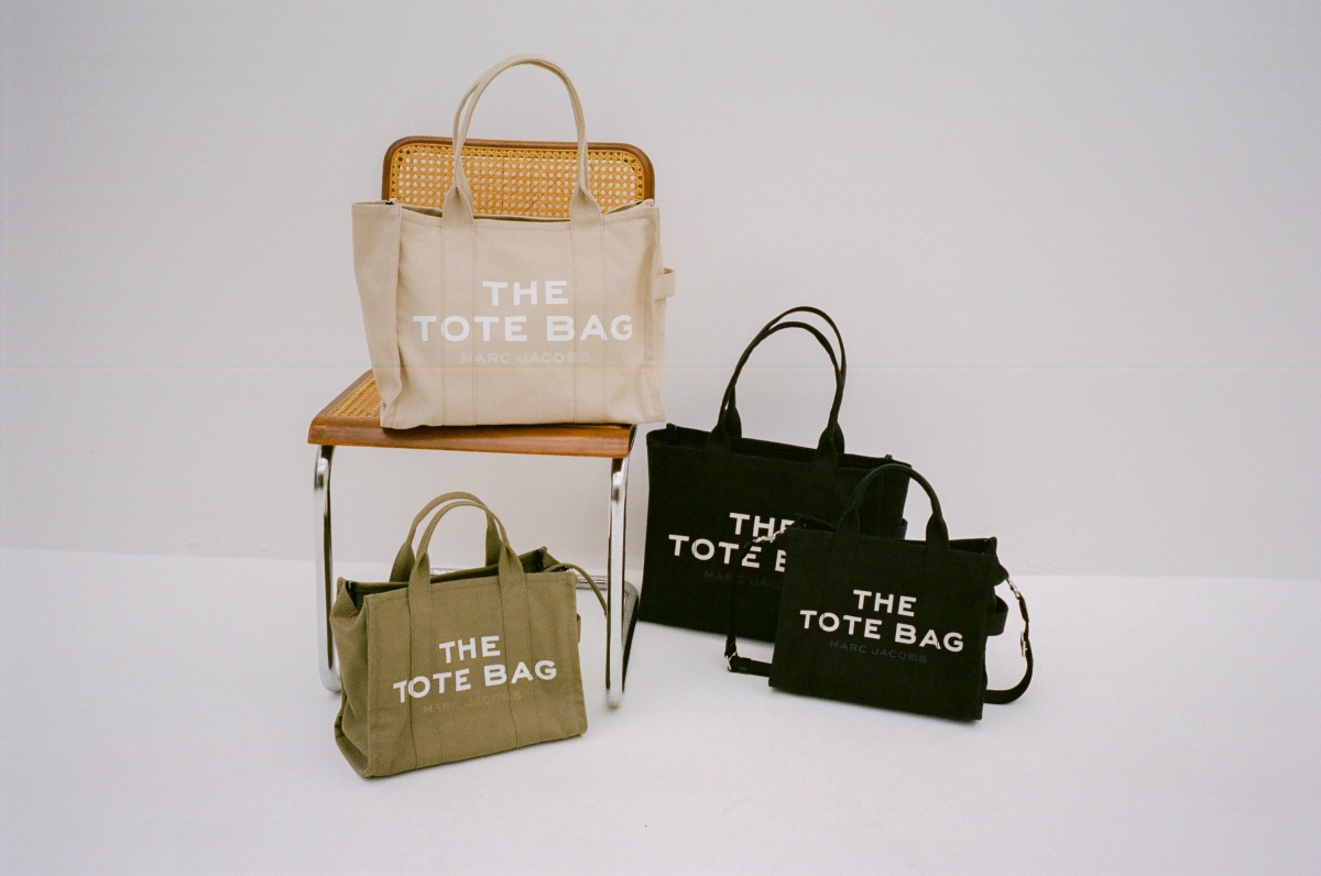 THE LARGE TRAVELER TOTE(H34×W42×D16cm)¥33,000、THE SMALL TRAVELER TOTE(H26×W33×D14cm)¥29,000/マーク ジェイコブス カスタマーセンター