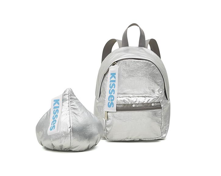 (左から)Hershey Kiss Wristlet(φ20cm)¥8,000、Cruising Backpack(H30×W23×D15cm)¥21,000