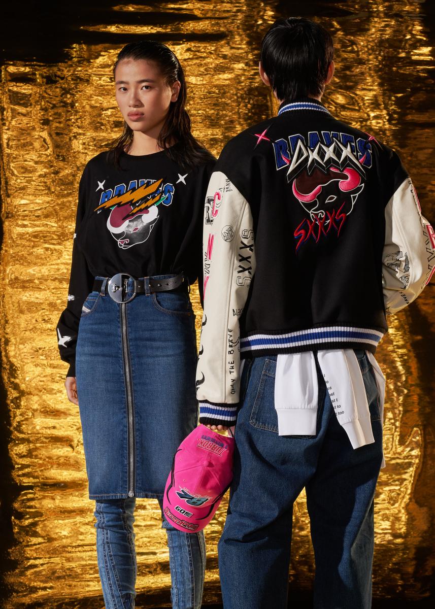 女性モデル:ロングスリーブ Tシャツ ¥18,000・男性モデル:ジャケット ¥105,000、腰に巻いたスウェット ¥32,000、デニムパンツ(D-RIFTY)¥35,00(その他すべて参考商品)/ディーゼルジャパン