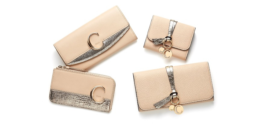 (左上)「Chloé C」Long wallet with flap(H9.5×W19.5cm)¥63,000、(左下)「Chloé C」medium purse with card slots & key pocket(H7.5×W13cm)¥40,000、(右上)「ALPHABET」small tri-fold wallet(H9×W11cm) ¥49,000、(右下)「ALPHABET」Long wallet with flap(H9.7 ×W19cm)¥62,000 ※すべて日本限定/クロエ カスタマーリレーションズ