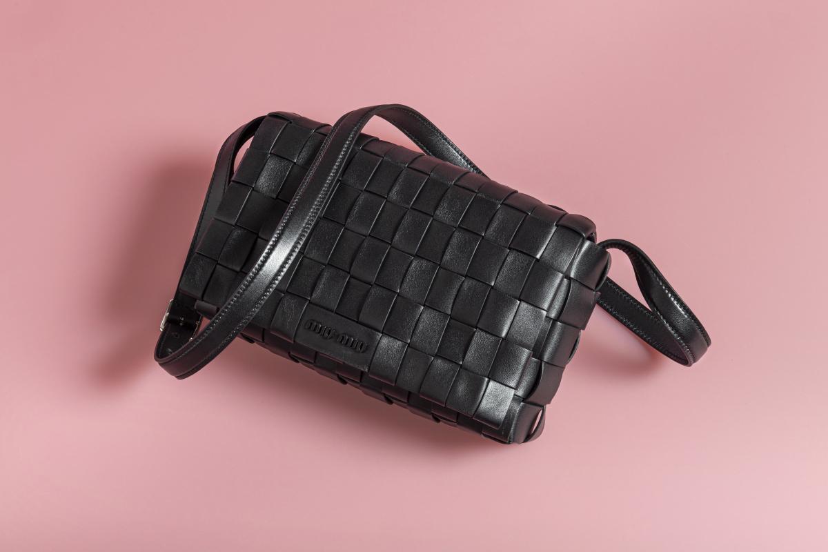 ショルダーバッグ〈H12×W22×D6cm〉¥177,000  ※世界先行発売、予定価格/ミュウミュウ クライアントサービス