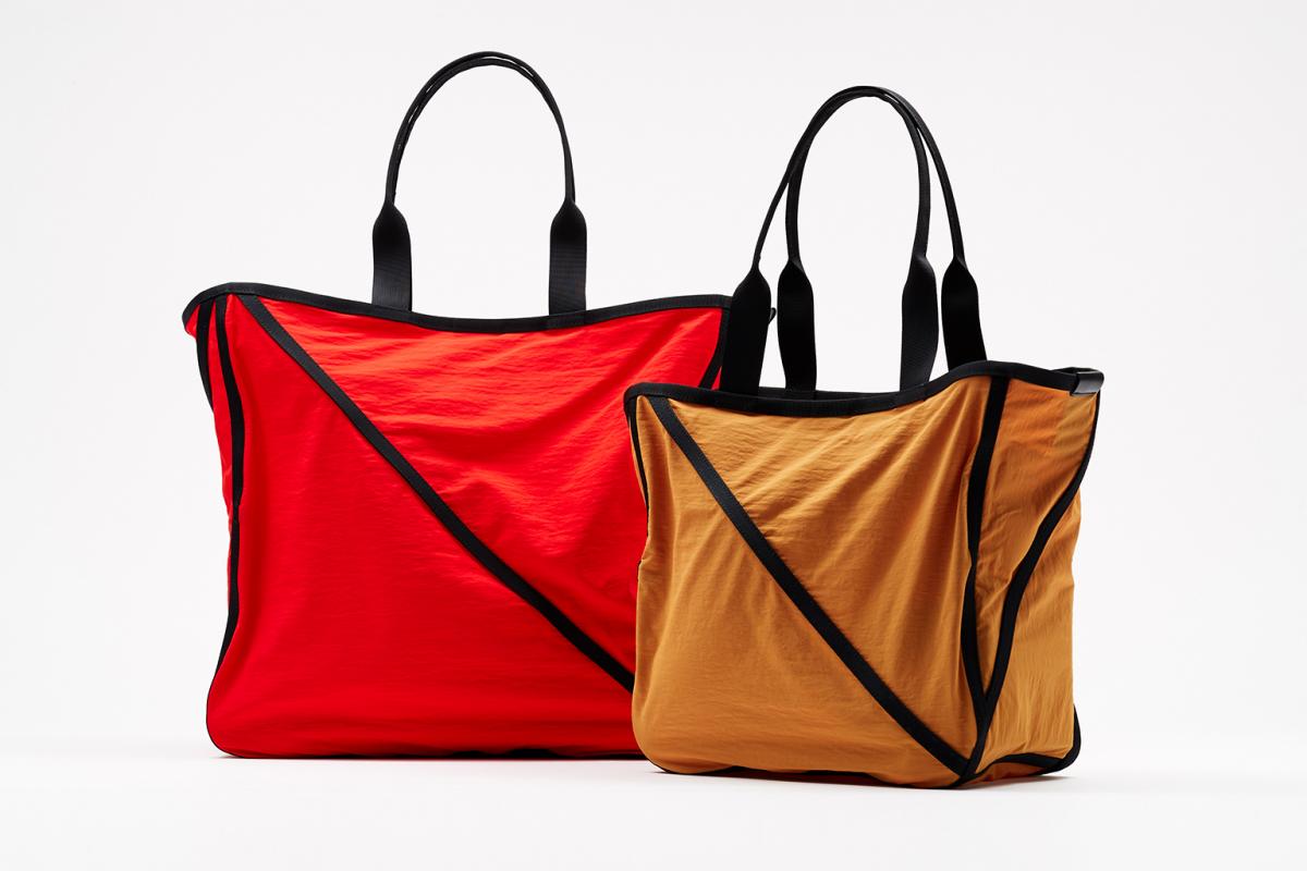 「WAKU」バッグ 大〈40×40×17cm〉¥27,000、小〈30×30×15cm〉 ¥23,000/