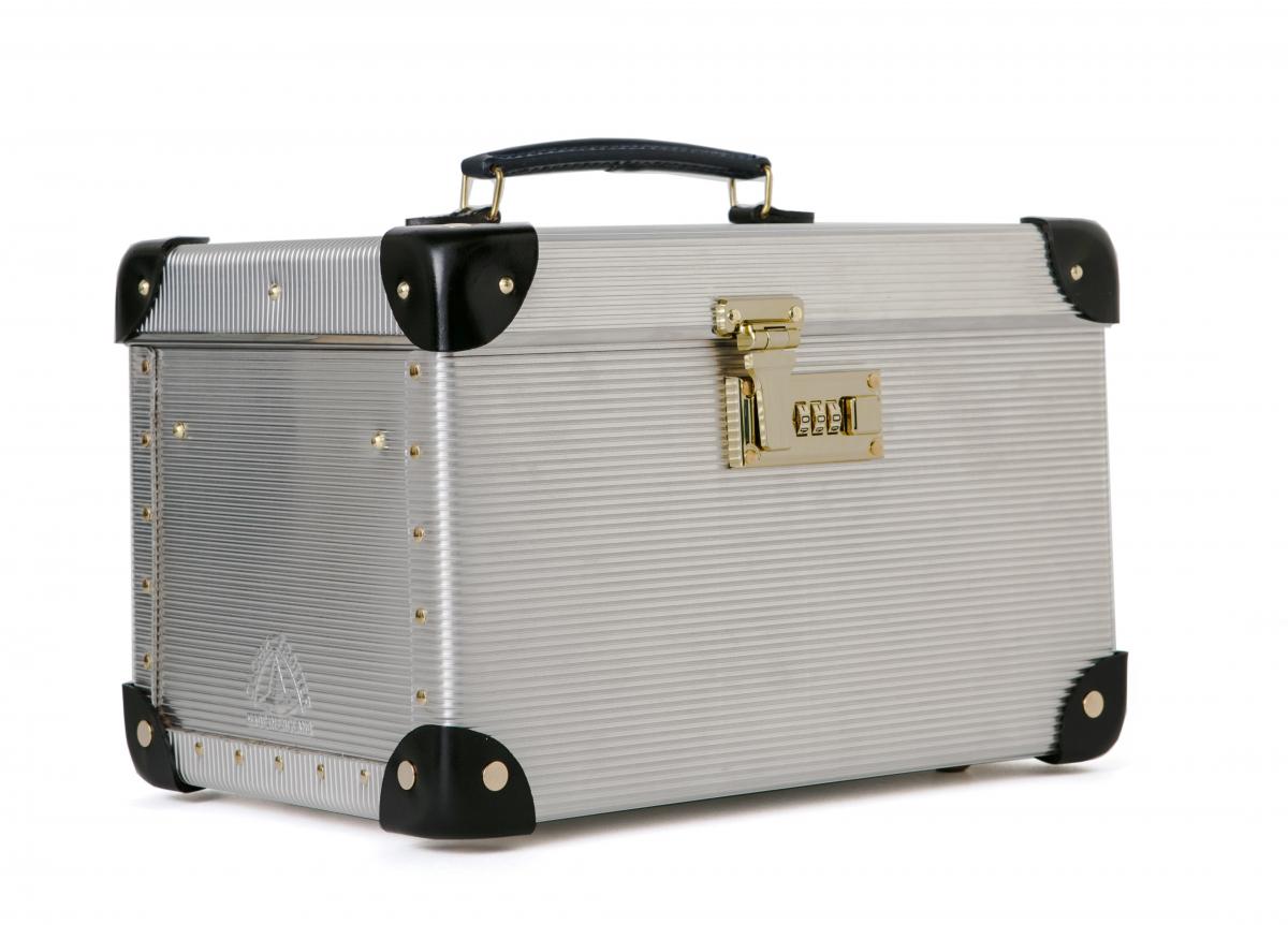[Globe-Trotter]イギリスのラグジュアリーなトラベル・ライフスタイルフブランドGlobe-Trotterとは、スーツケースをコラボレーション。sacaiの特徴である異なる素材の組み合わせを取り入れ、通常レザーが使われるパーツをシルバーのメタルで表現している。Medium luggage と small vanity caseの2型が揃う。