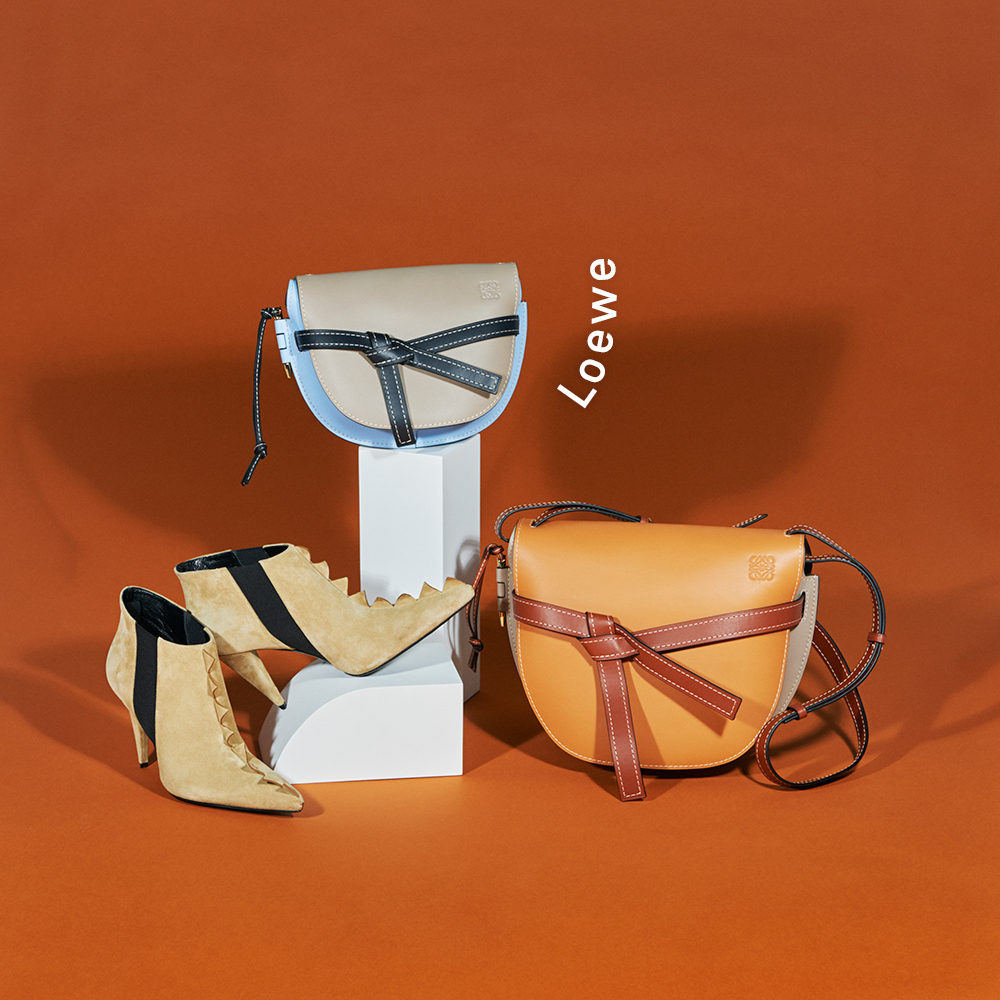 (右から)バッグ[H25×W30×D15cm]¥265,000・バッグ[H20×W19×D11.5cm]¥206,000・ブーツ[ヒール9cm]¥120,000